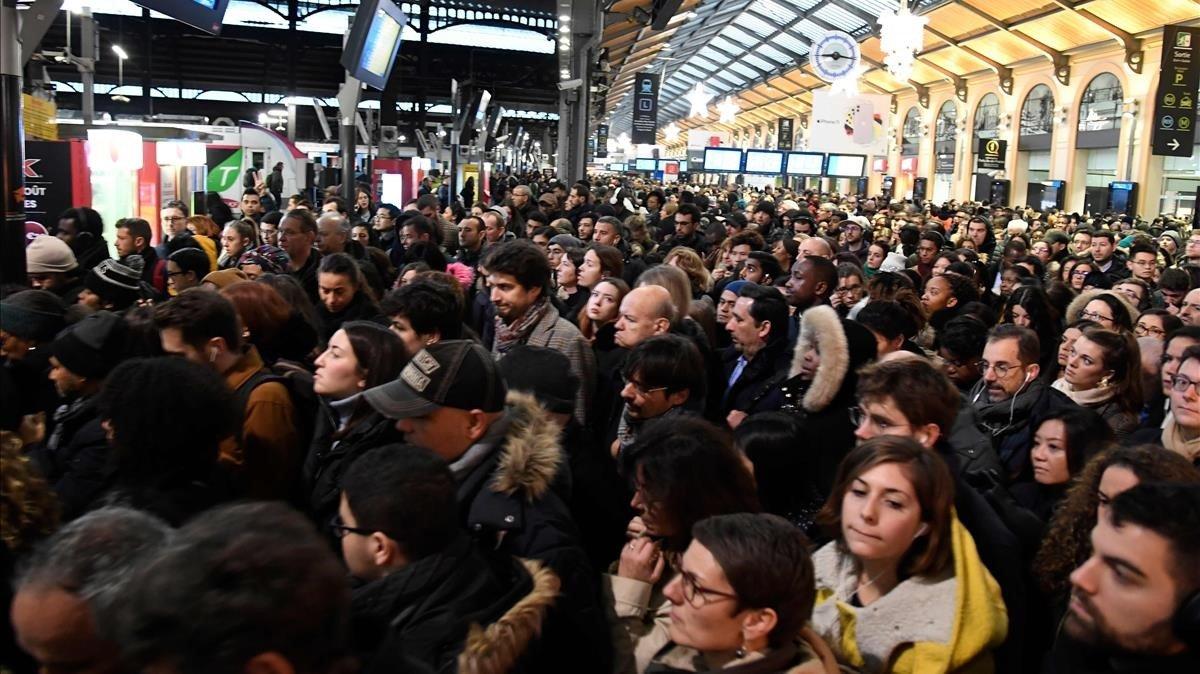 Aglomeración de pasajeros en la estación de Saint-Lazare, en París, durante la huelga de transportes, este lunes.