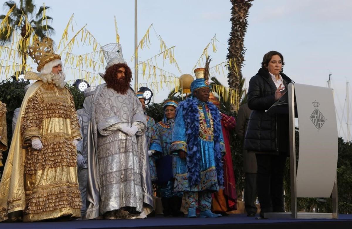 La alcaldesa, Ada Colau, recibe a los Reyes Magos.