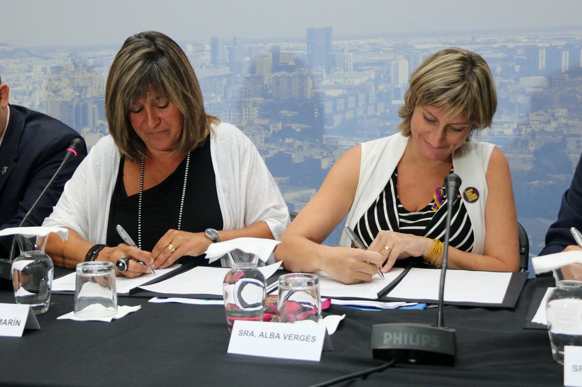 La alcaldesa de LHospitalet, Núria Marín, y la consellera de Salut, Alba Vergés, firmando el Pacto de Salud y Bienestar