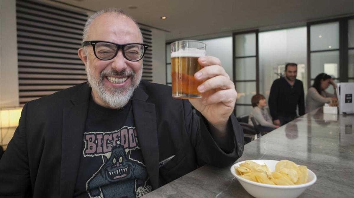 Álex de la Iglesia se toma una cerveza en el festival de Málaga tras presentar a la prensa El bar.