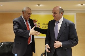Ángel Gurría, secretario general de la OCDE, saluda a Luis de Guindos, ministro de Economía, el pasado marzo.