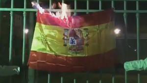 Vídeo de dos personas quemando una bandera de España.