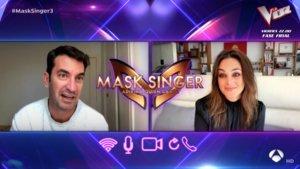Arturo Valls y Mónica Carrillo conversando en 'Mask Singer: Detrás de la máscara'.