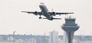 Un avión despega del Aeropuerto Adolfo Suárez Barajas de Madrid.