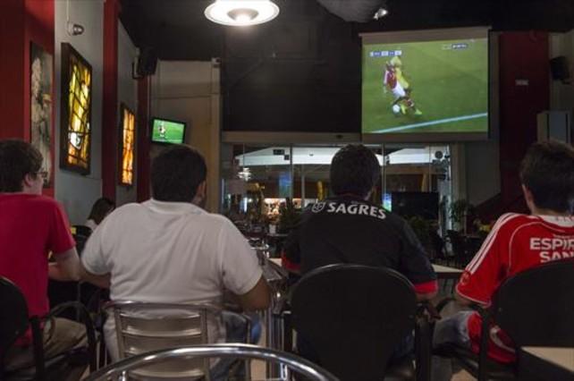El bar de la Vila Olímpica 12+1, ayer, durante la emisión de la primera jornada de Champions