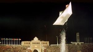 Un barco de papel con la mascota Cobi como tripulante en la ceremonia de clausura.