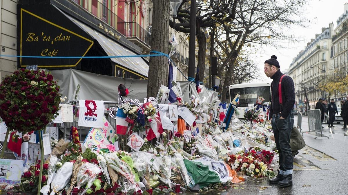 Imagen de la entrada de la sala de conciertos parisina 'Bataclán', tras el atentado terrorista, en el 2015.