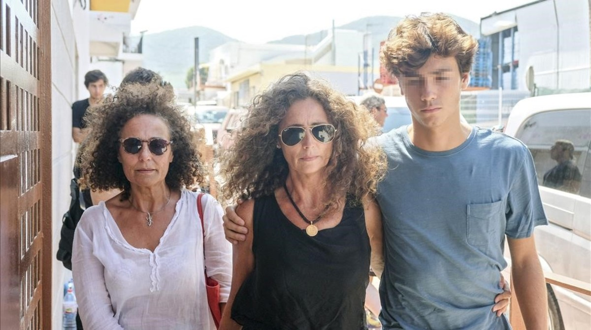 Belinda Alonso, en el centro, y su hijo Hugo Nieto, a su llegada al tanatorio de Eivissa.