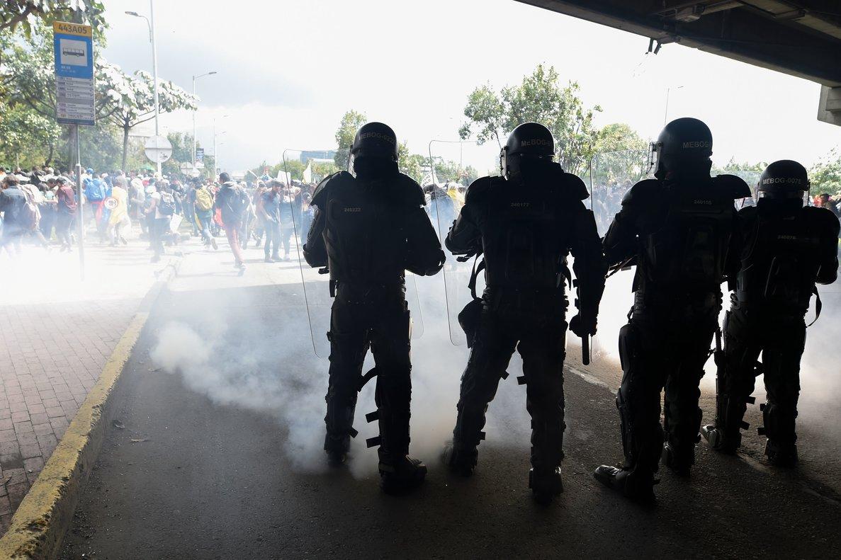 Desde las primeras horas de la mañana manifestantes violentos bloquearon las principales estaciones de transporte público en el sur de la capital colombiana.