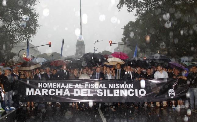 Cabecera de la marcha del silencio, bajo la lluvia, ayer en Buenos Aires.