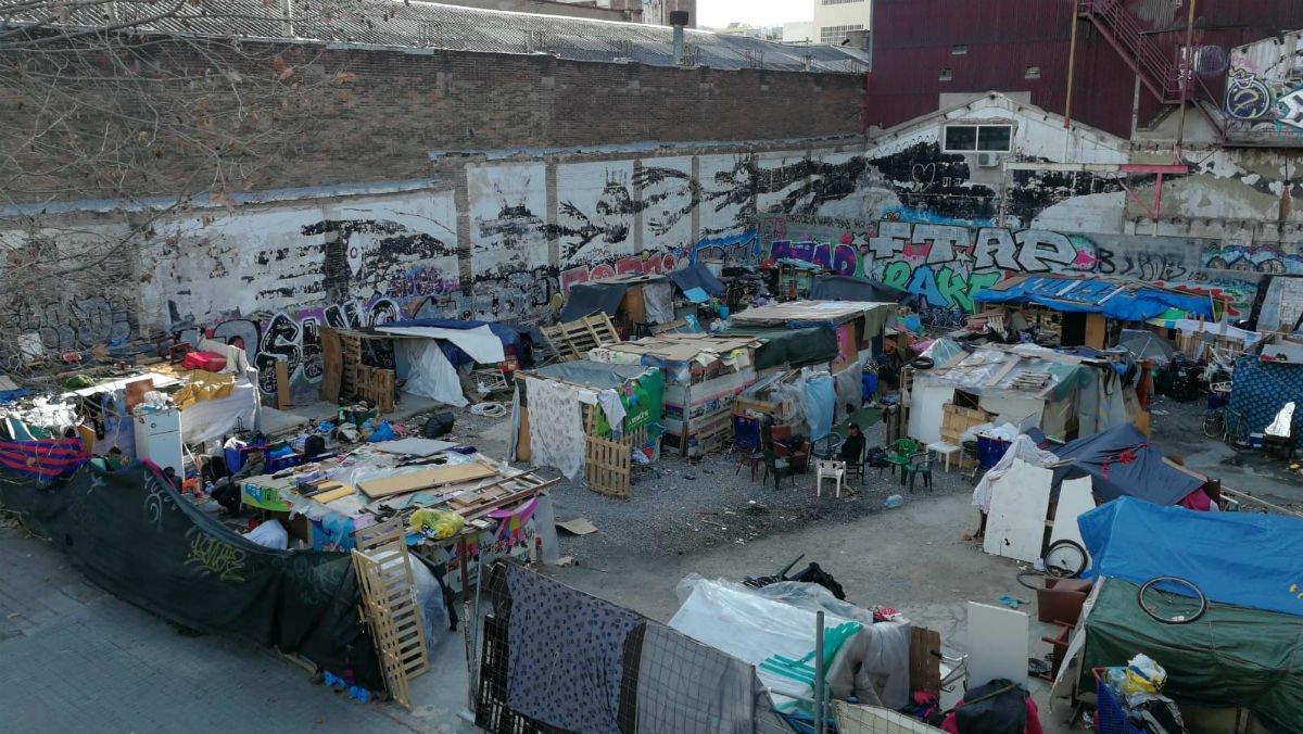 Campamento en la calle Zamora, bajo el puente de la calle Pallars de Barcelona.
