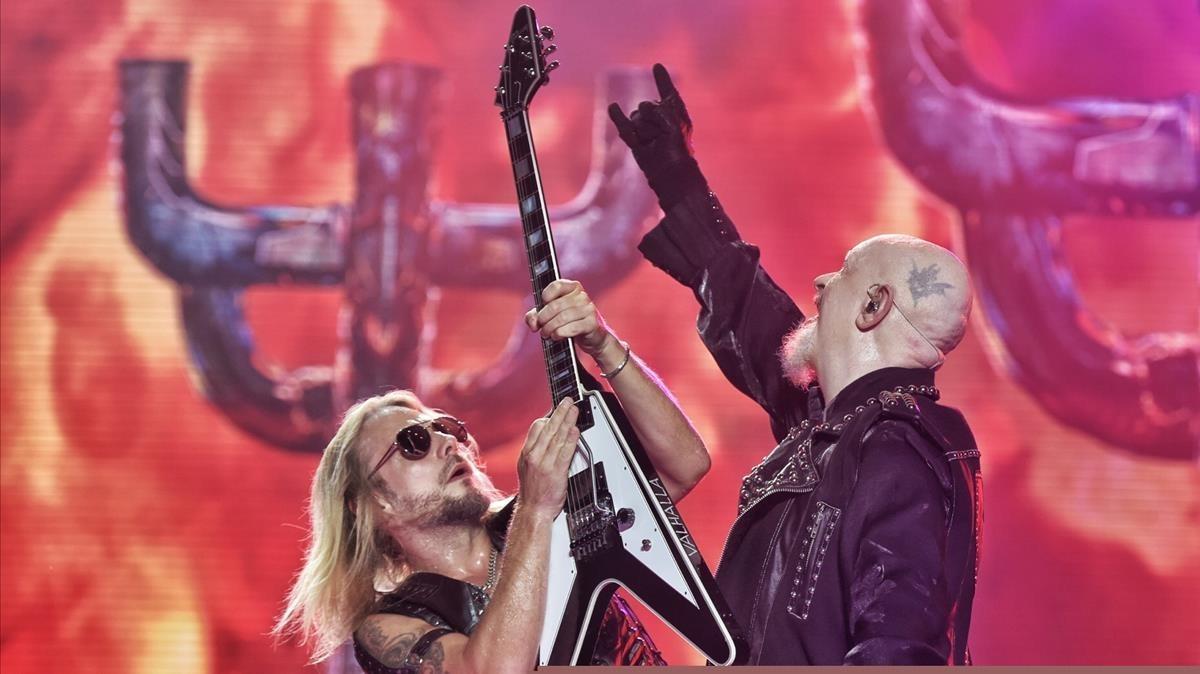 El cantante de la banda británica de heavy Judas Priest, Rob Halford (d), y el guitarrista Richie Faulkner, durante el conciertro del Festival Rock Fest celebrado esta noche en Santa Coloma de Gramanet.