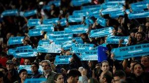 Carteles con el lema 'Spain sit and talk en el Camp Nou este miércoles, durante el clásico.