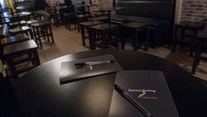 Mesitas de Nou Racó preparadas para el speed dating de BeDazzling, con fichas donde apuntar observaciones.