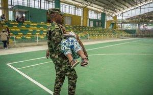 Miembros del Ejército de Colombia brindando ayuda a la sociedad civil.