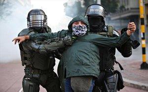 Detención de un manifestante durante protestasen Colombia.
