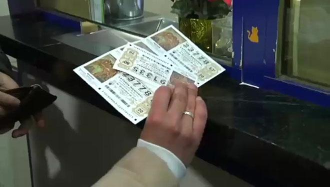 Décimos de Lotería de Navidad adquiridos en una administración oficial.