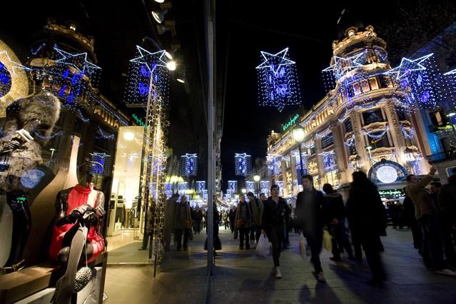 Compras navideñas en el Portal de lÀngel de Barcelona.