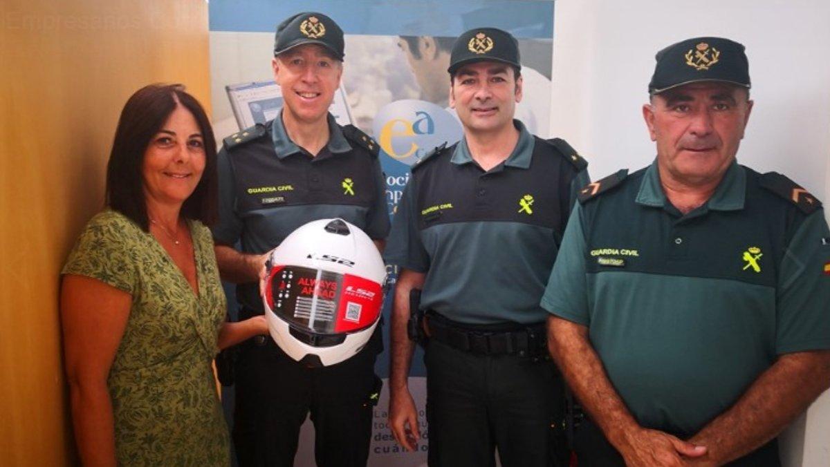 Entrega de los cascos a los guardias civiles de Conil.