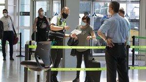 Control de seguridad en la ehtrada del aeropuerto del Prat, este miércoles.