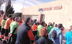 La plantilla de Titan, en unaaturada davant la seu de la fàbrica alPrat de Llobregat.