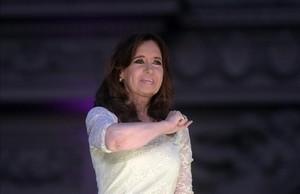 Cristina Fernandez de Kirchner se despide de sus seguidores las puertas de la sede del Ejecutivo.