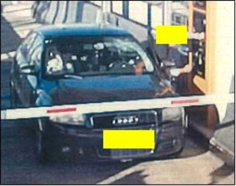 El Audi francés que conducía el sospechoso, en un peaje en la AP-7 horas después del atropello. El parabrisas aparece roto.