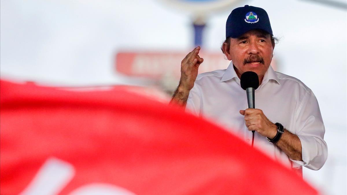 El presidente de Nicaragua se dirige a sus simpatizantes en Managua.