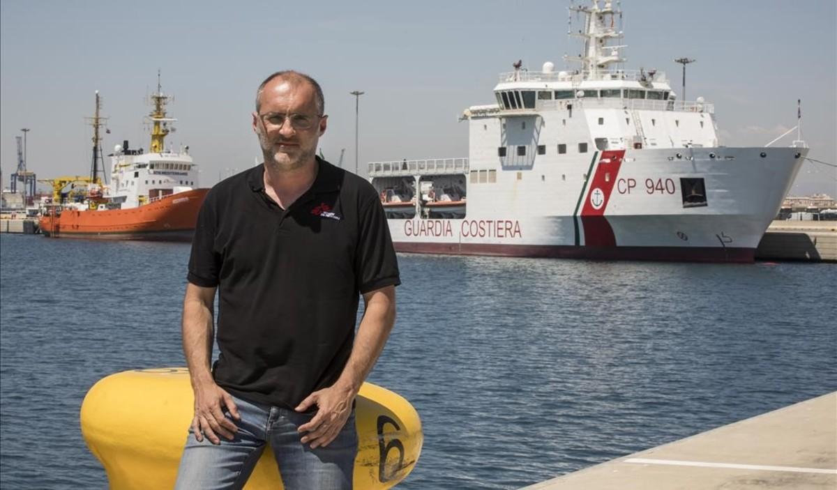 David Noguera, en el puerto de València, con el Dattilo y el Aquarius a sus espaldas.