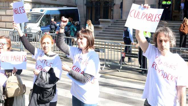 Declaraciones de Montse,una de lasvíctimas del 'violador de Martorell' (en la foto, con el puño levantado), a las puertas del Palau de Justícia de Barcelona.