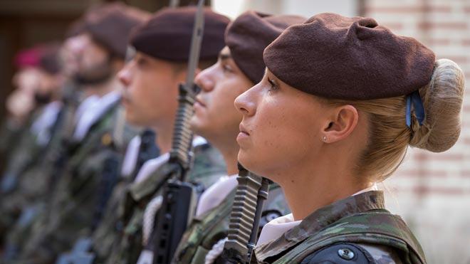 Defensa instala guarderías en los cuarteles para mejorar la conciliación familiar, según explica la ministra Margarita Robles.
