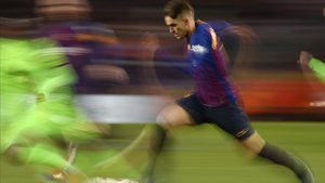 Denis Suárez se escapa de un jugador del Levante en el partido de Copa en el Camp Nou.