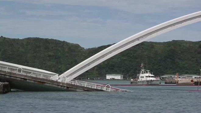 El derrumbe de un puente en el noreste de Taiwan deja al menos 20 heridos.