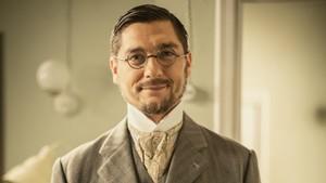 Diego Martín caracterizado como el Doctor Higinio Baeza, el nuevo personaje de Acacias 38.