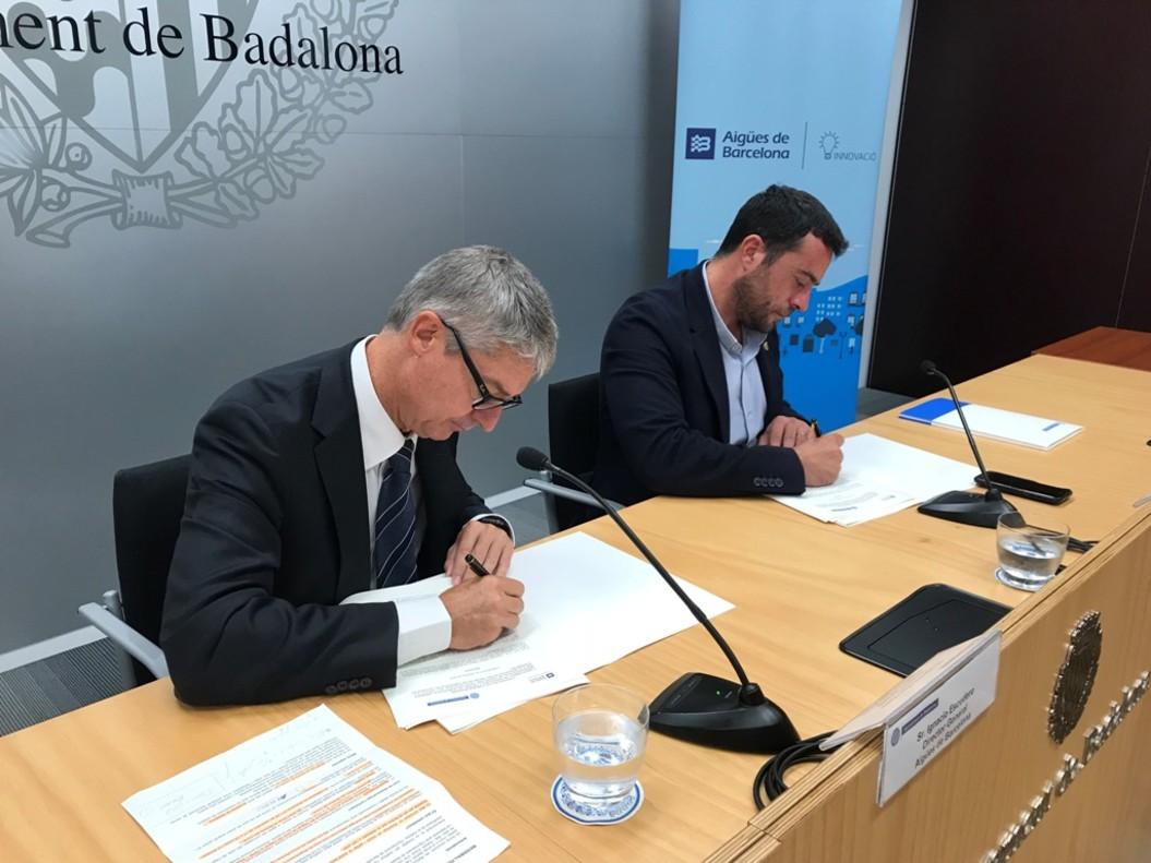 El director de Aguas de Barcelona, Ignacio Escudero, y el alcalde de Badalona, Àlex Pastor, firmando el convenio.