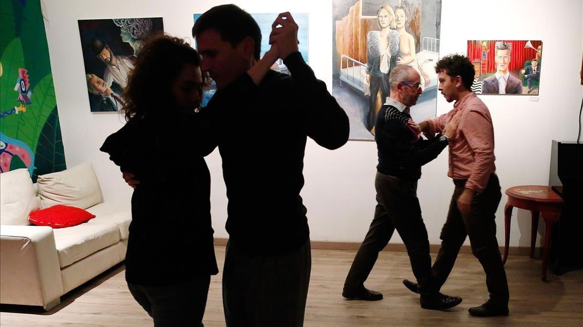 Dos parejas practican tango 'queer' en Inusual Project.