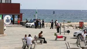 Efectivos de la Guardia Urbana y de los Mossos en la zona acordonada de la Nova Icària.