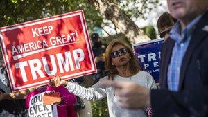 Simpatizantes de Trump hoy jueves frente a la sede delComité Nacional Republicano enWashington.