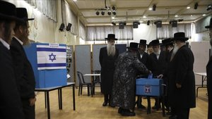 Un grupo de ultraortodoxos en el momento de votar en un colegio electoral en Bnei Brack.