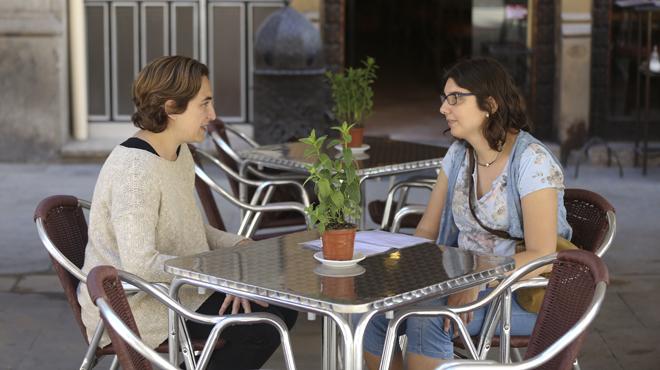 Ada Colau y Núria Abad charlan en el restaurante La Fíbula