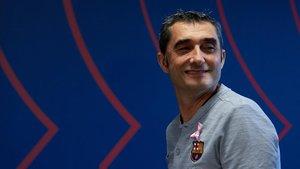Ernesto Valverde entra a la sala de prensa de la ciudad deportiva en la previa del Barça-Sevilla.