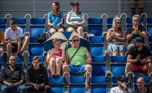 Espectadores en un torneo benéfico de tenis en Praga, sin mascarillas.