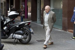 El 'expresident' Jordi Pujol sale de su despacho, en la calle de Calàbria de Barcelona.