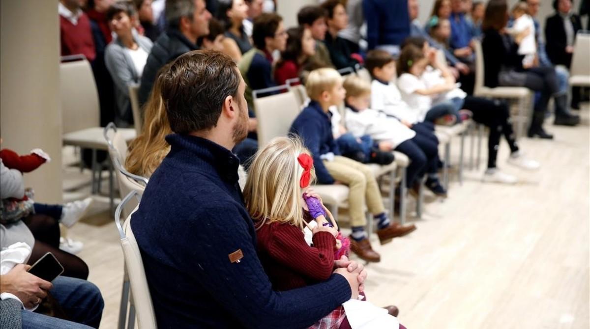 Varios Eurobabies, con sus familias, en el acto celebrado en Madrid con motivo del 30º aniversario del programa Erasmus.