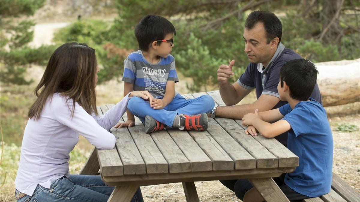 Herme y Verónica, con sus hijos Enric y Marc.