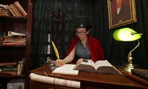Un fan de Harry Potter, vestido para la ocasión, en la librería Waterstones de Piccadilly, en Londres, celebrando el lanzamiento mundial del nuevo libro de la saga.