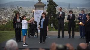 Eli Maragall porta la antorcha olímpica delante de las autoridades en el Palauet Albéniz.