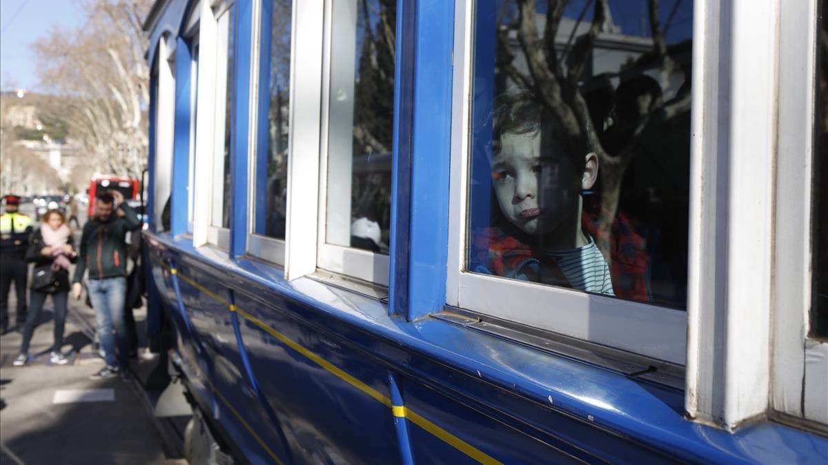 Rostro serio de un niño que subía por primera y quizás última vezal Tramvia Blau.