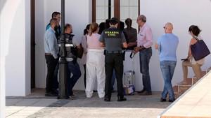 El forense y la Guardia Civil cerca del domicilio de Valle de Santa Inés, en Betancuria (Fuerteventura) donde se encontró a una joven muerta.