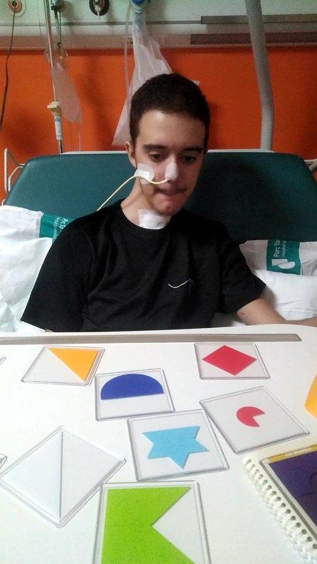 Iker haciendo ejercicios en el hospital.